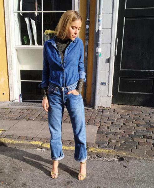 La fashion blogger Pernille Teisbaek sceglie una camicia di jeans portata sopra una dolcevita per un look sportivo e chic. Photo credits: @lookdepernille on Instagram