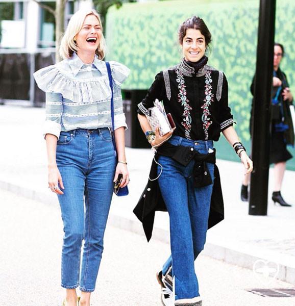 La fashion blogger Man Repeller (qui con l'amica e collega Pandora Sykes) lega una giacca sui fianchi per