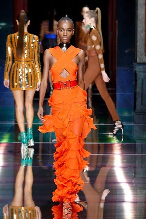 Balmain SS 2016: arancione intenso per un look ispirato alla forza e all'eleganza.