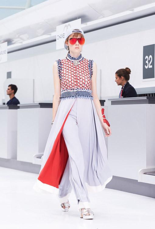 La donna viaggiatrice glam di Chanel SS 2016.