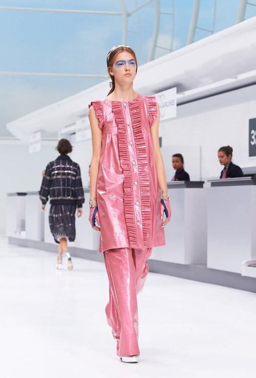 Modernità e colore sono protagonisti della collezione Chanel SS 2016 .