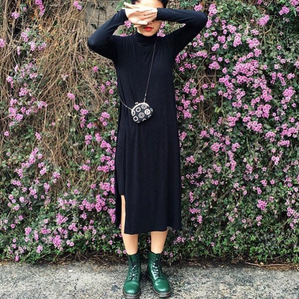 Stile moderno: Dr Martens e abito fluido nero