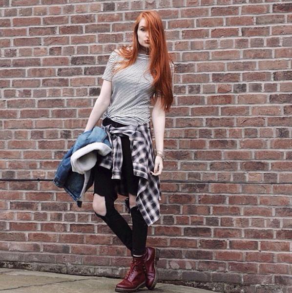 Camicia a quadri, jeans strappati e Dr Martens: lo stile grunge è servito