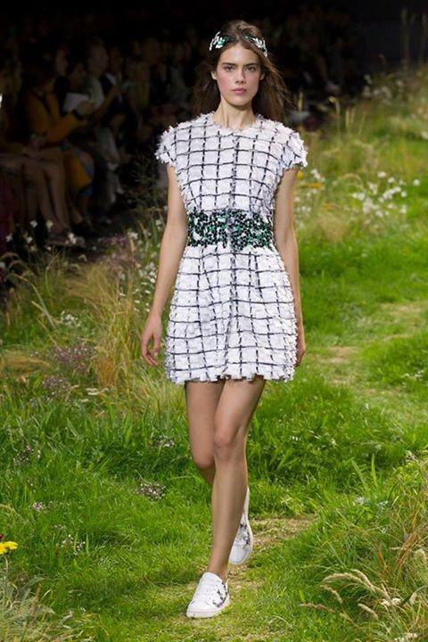 La collezione Moncler Gamme Rouge SS 2016 è romantica e rassicurante.