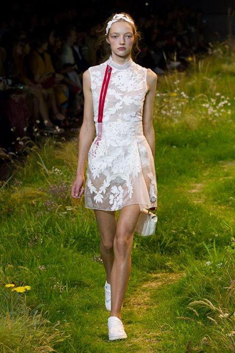 Il baby-doll dress è il grande protagonista della collezione Moncler Gamme Rouge SS 2016.