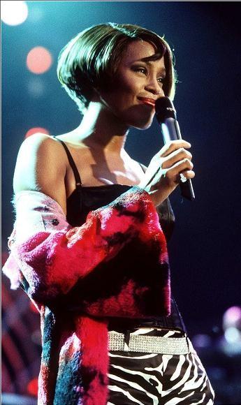 Whitney Houston con un magnifico carrè durante un concerto a Berlino.