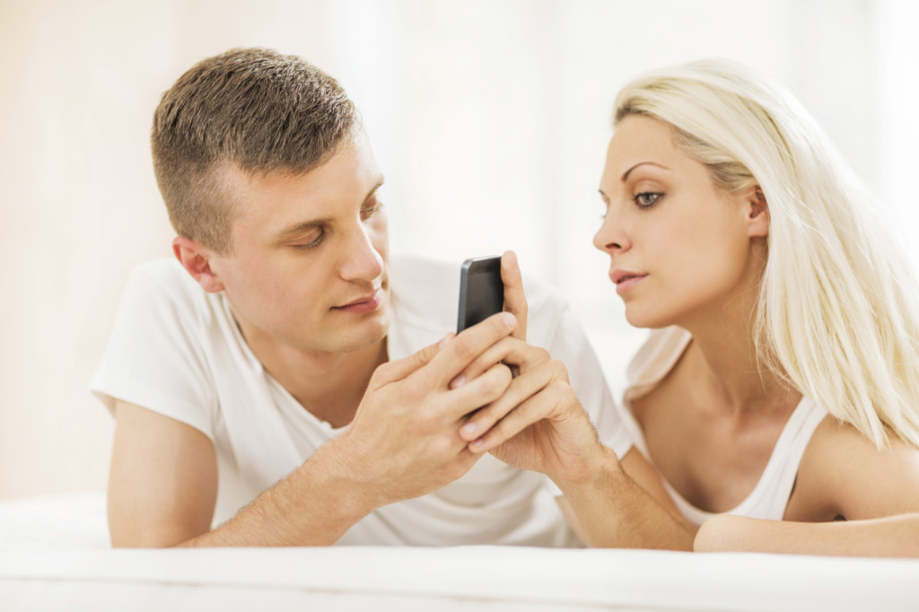 A volte basta l'arrivo di un nuovo messaggio sul suo telefono per scatenare le nostre gelosie.