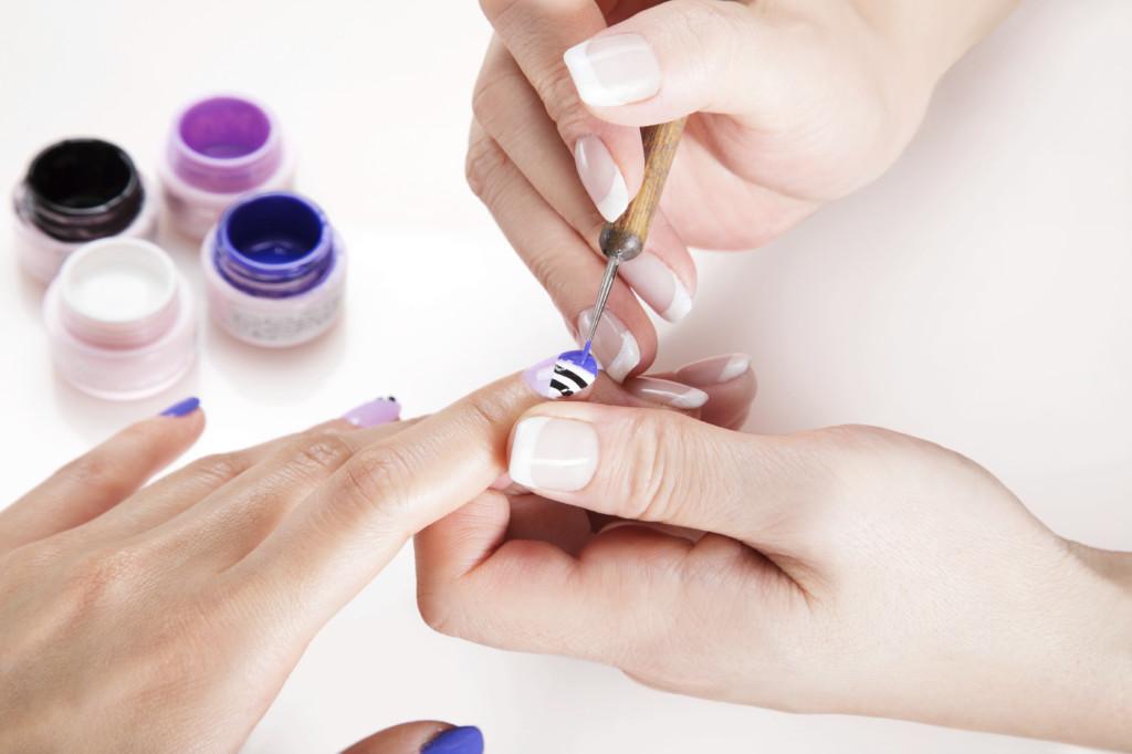 La Nail Art è l'arte delle decorazione delle unghie: servono tecnica, fantasia e i giusti accessori.