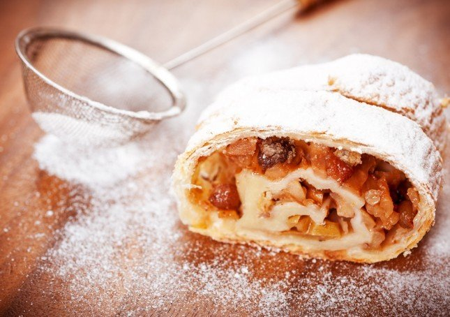 Lo strudel alle mele e cannella è un dolce delizioso e profumato, perfetto come dessert o come merenda.
