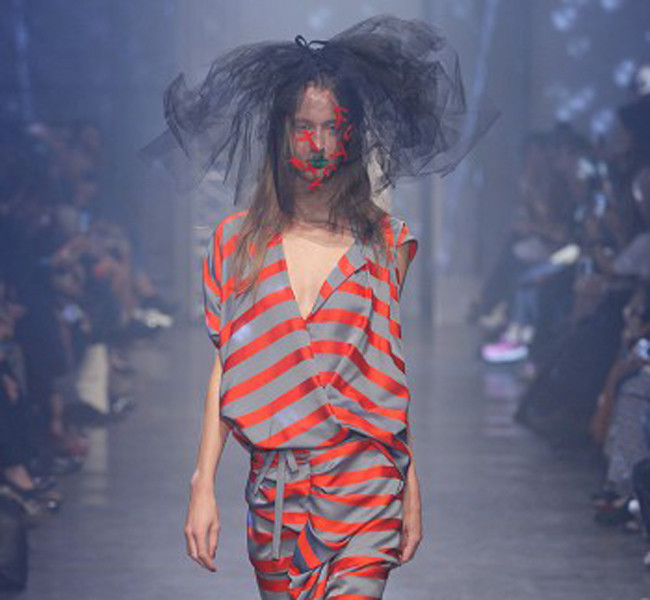 Vivienne Westwood. Abito a righe.