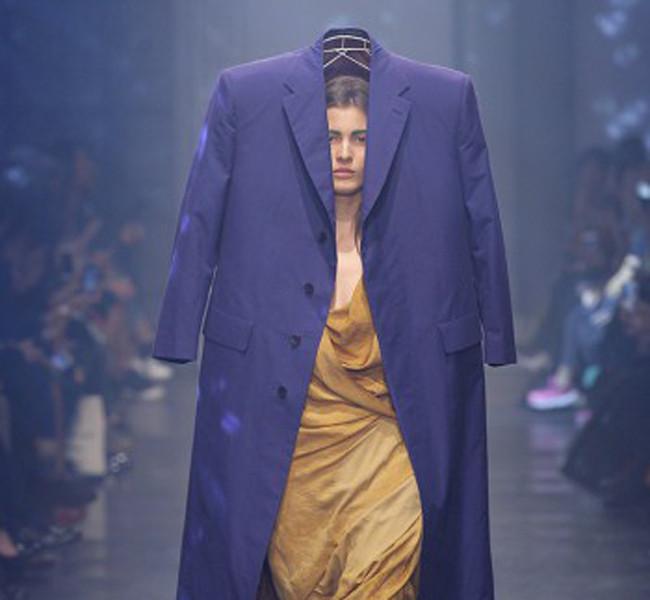 Vivienne Westwood. Maxi cappotto da indossare sopra la testa.