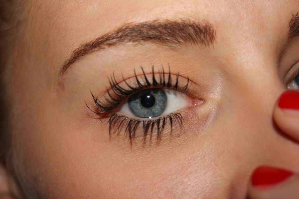 Il mascara waterproof, resistente all'acqua e alle alte temperature, dona agli occhi uno sguardo naturale e definito.