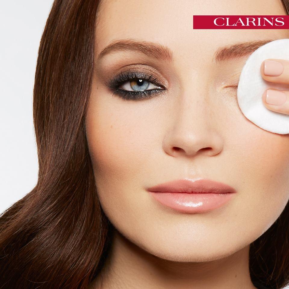 b36ec2f416b3 Struccarsi è il primo gesto per una pelle più giovane e fresca - Clarins