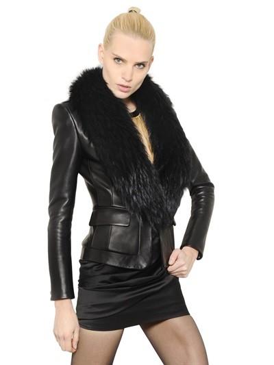 Balmain propone un lussuoso blazer in pelle con collo in pelliccia