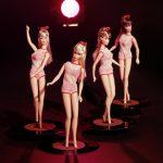 Barbie Twist'N' Turn, 1967 © Mattel Inc. Barbie Twist'N' Turn appare nel 1967, con il busto ruotabile, il makeup completamente cambiato, le ciglia in fibra sintetica applicate agli occhi più grandi. I capelli si allungano e sono legati alla sommità del capo da un nastrino colorato. Barbie non è più identificabile con le Pin up americane o con le grandi dive di Hollyvood degli anni Cinquanta, bensì con le nuove icone britanniche della moda, da Jean Shrimpton a Twiggy