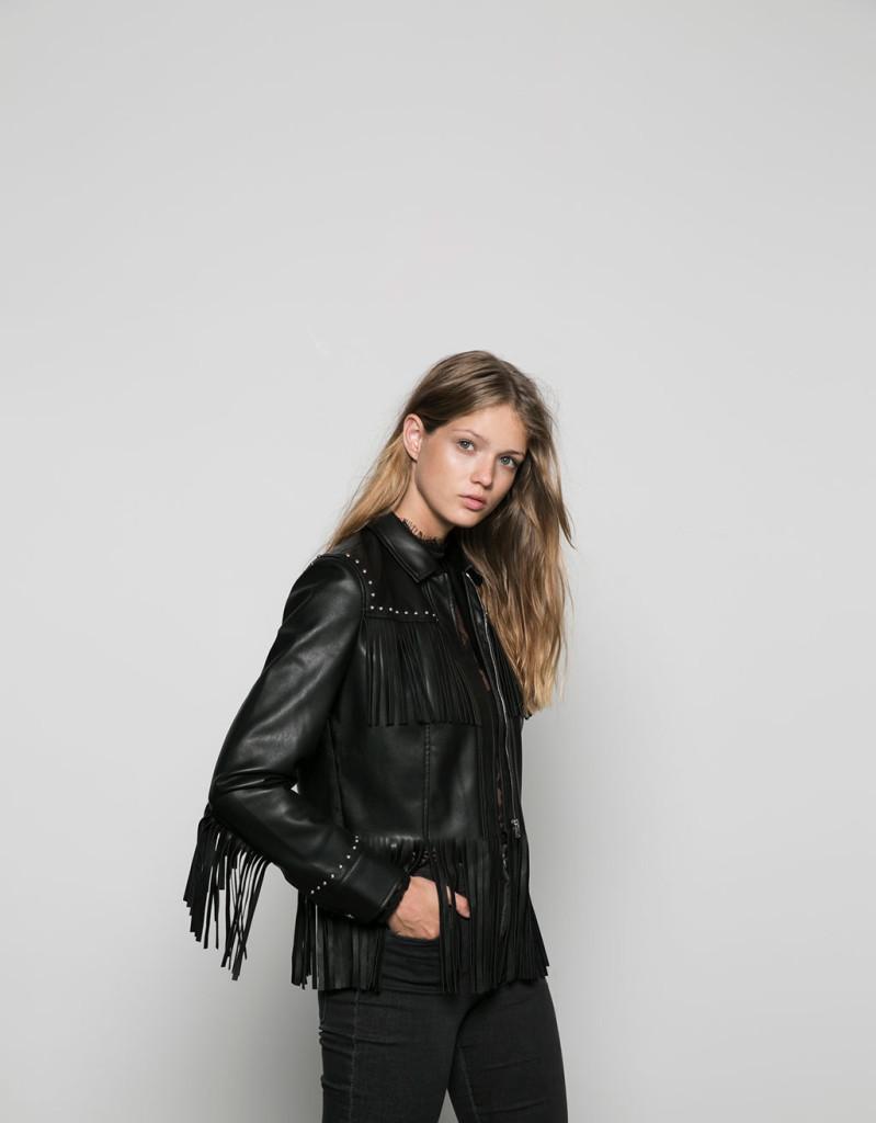 Bershka propone una versione con frange della giacca biker