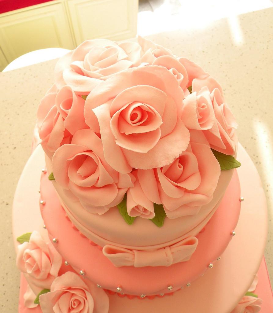 Il tema delle rose è perfetto per essere richiamato anche sulla torta nuziale.
