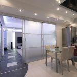 Porte scorrevoli e separé per ottimizzare lo spazio in un monolocale.