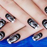 Nail art realizzata con colori acrilici e strass.