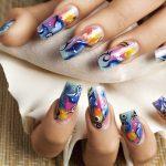 Nail art a tema marino realizzata con colori acrilici