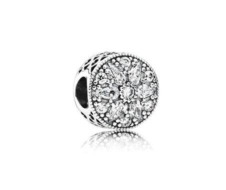 Per chi ama i gioielli Pandora e colleziona i famosi ciondoli, anche quest'anno la scelta è vastissima e un piccolo gioiello può far felice la propria migliore amica.
