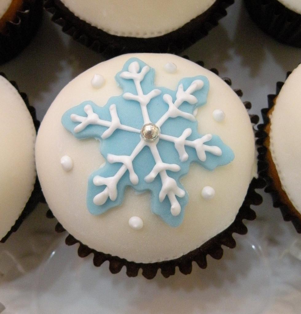 Se il tema del vostro matrimonio è l'inverno, personalizzate con dei fiocchi di neve l'arredamento e il buffet.