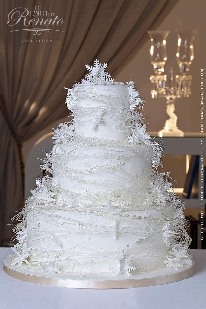 La torta nuziale si presta ad essere personalizzata con fiori, farfalle e fiocchi di neve.