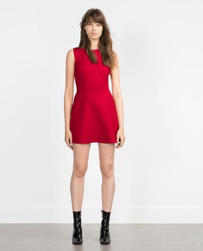 Vestito corto easy con balza rosso intenso Zara (25,99 euro)