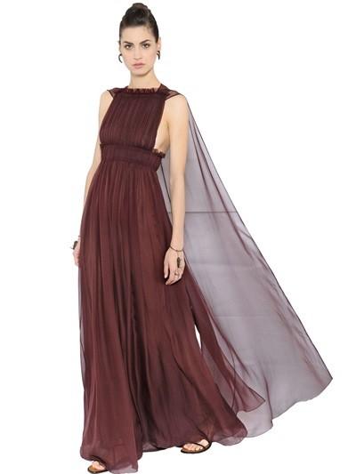 Vestito lungo Valentino in chiffon di seta con mantella (4.500 euro)