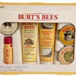 Kit Mani e Piedi Burt's Bees. Contiene: un burrocacao, una crema per le unghie, una crema per i piedi, due balsami per le mani.