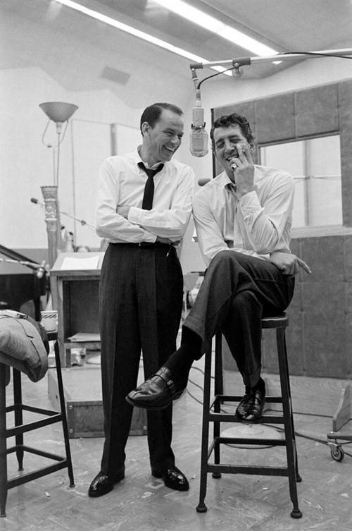 Due grandi amici che si divertono un mondo: Sinatra e Dean Martin, 1958, fotografo Allan Grant