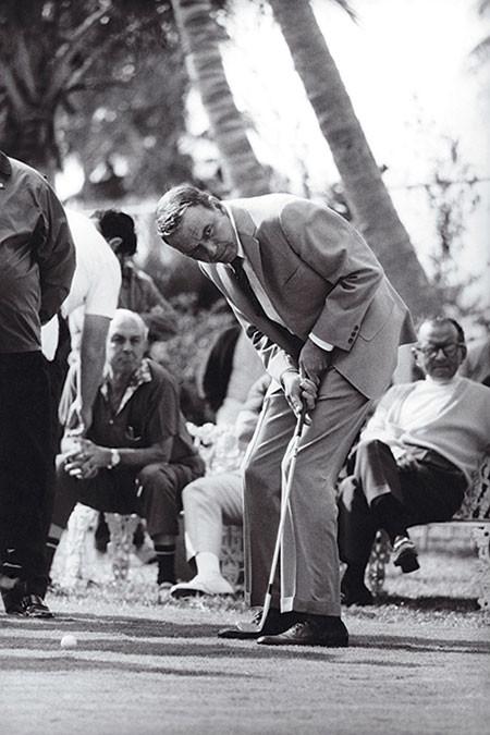 Golf sul set, Sinatra a Miami Beach sul set del film 'Lady in Cement', fotografo Terry OÔÇÖNeal