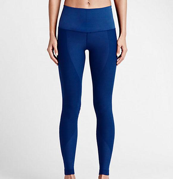 I pantaloni Nike Zoned Sculpt sostengono le fasce muscolari più importanti (111 euro)