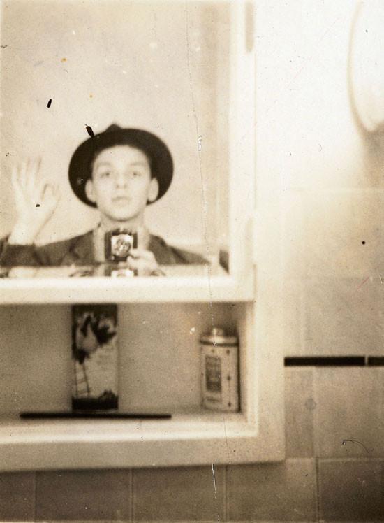 Selfie nell'armadietto dei medicinali, autoritratto fine anni '30, casa a Hoboken, New Jersey