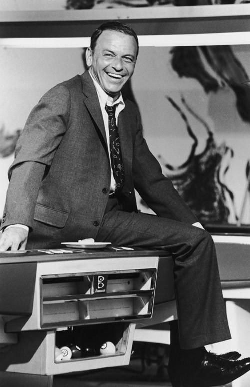 Sorridente sul tavolo da biliardo, Sinatra durante le riprese di Lady in Cement, 1968, fotografo Terry O'Neal