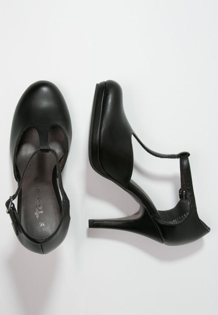 Scarpe modello Mary Jane, conferiscono a tutto l'outfit un pizzico di eleganza in più. Di Tamaris.