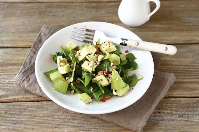 Uno sfizioso mix di frutta fresca, verdura e frutta secca per un'insalata light e detox.