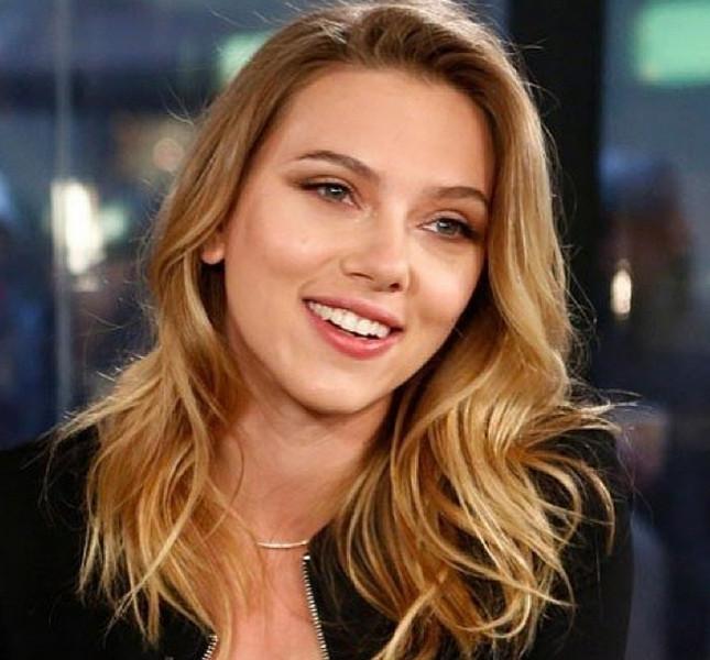 Scarlett Johansson, long bob mosso con ciuffo laterale