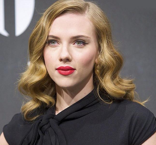 Scarlet Johansson, long bob mosso con riga di lato