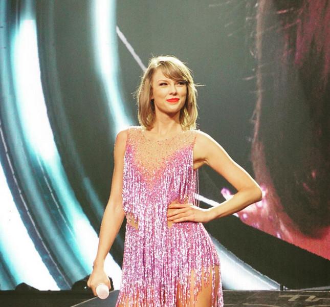 Taylor Swift, long bob con ciuffo laterale