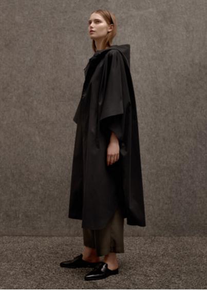 Mantella nera con dettagli in pelle sintetica - Zara