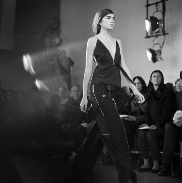 La collezione Calvin Klein FW 2016-2017 prosegue nel solco dell'estetica della mistress. Photo credits: Calvin Klein on Instagram