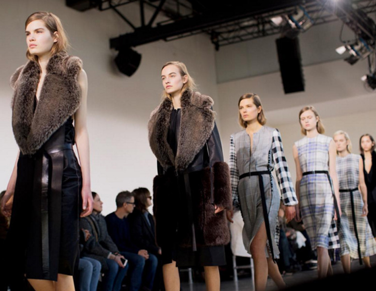 La faux fur e la pelle sono due dei temi dominanti della collezione Calvin Klein FW 2016-2017. Photo credits: Calvin Klein on Instagram