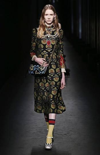Stampe preziose e linee pulite per l'abito di ispirazione rinascimentale Gucci FW 2016-2017. Photo credits: Gucci on Facebook