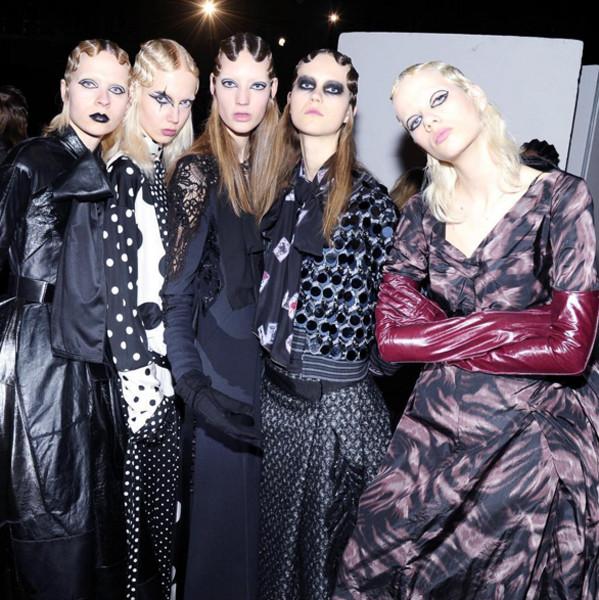 Modelle indossano gli abiti della linea Marc Jacobs FW 2016-2017. Photo credits: Marc Jacobs on Instagram