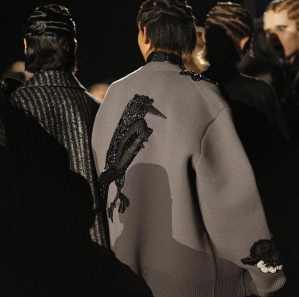 Il grande corvo ricamato sulla schiena di una felpa mantella è uno dei pezzi forti della collezione Marc Jacobs FW 2016-2017. Photo credits: Marc Jacobs on Instagram