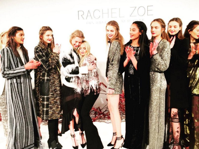 Foto di gruppo in passerella alla presentazione della collezione Rachel Zoe FW 2016-2017
