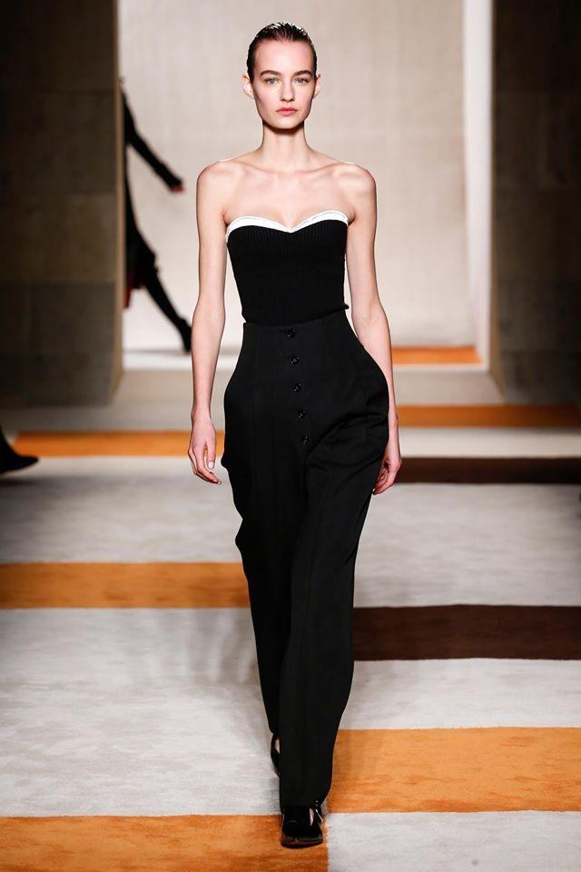 Esaltano collo, spalle e braccia e valorizzano le gambe i look della collezione Victoria Beckham FW 2016-2017