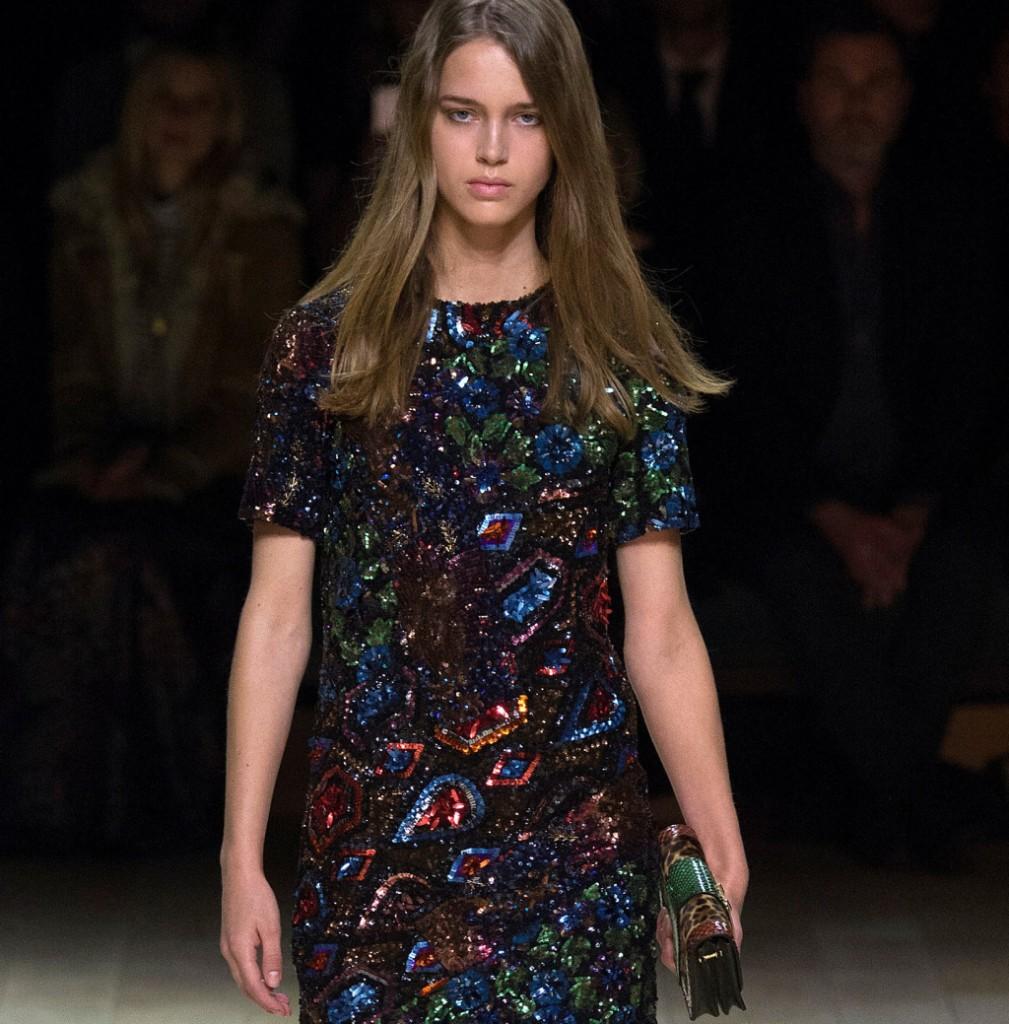 Burberry vestito ricamato con cristalli multicolor all over