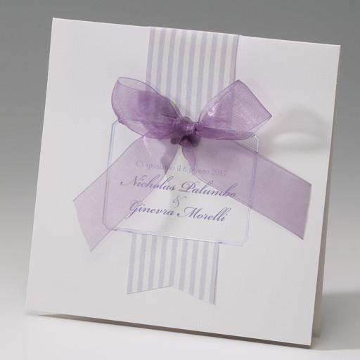Partecipazione matrimonio a righe bianco e lilla con nastro in organza di Amiche della Sposa
